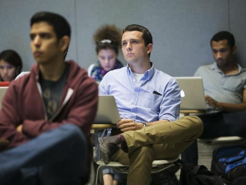 712710-students-listen-while-classmates-make-presentation-to-group-of-visiting-venture-capitalists-during-t